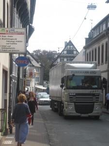 Schwerlastverkehr auf der Westerbachstraße